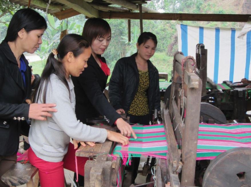 Ở nhiều địa phương, nghề dệt thổ cẩm truyền thống có khả năng đem lại thu nhập cho người dân, nhưng đầu ra của sản phẩm vẫn là bài toán khó. (Ảnh minh họa)