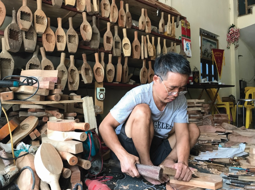 Ông Trần Văn Bản cần mẫn suốt 35 năm qua đục đẽo những khuôn bánh Trung thu có hoa văn họa tiết tinh xảo.