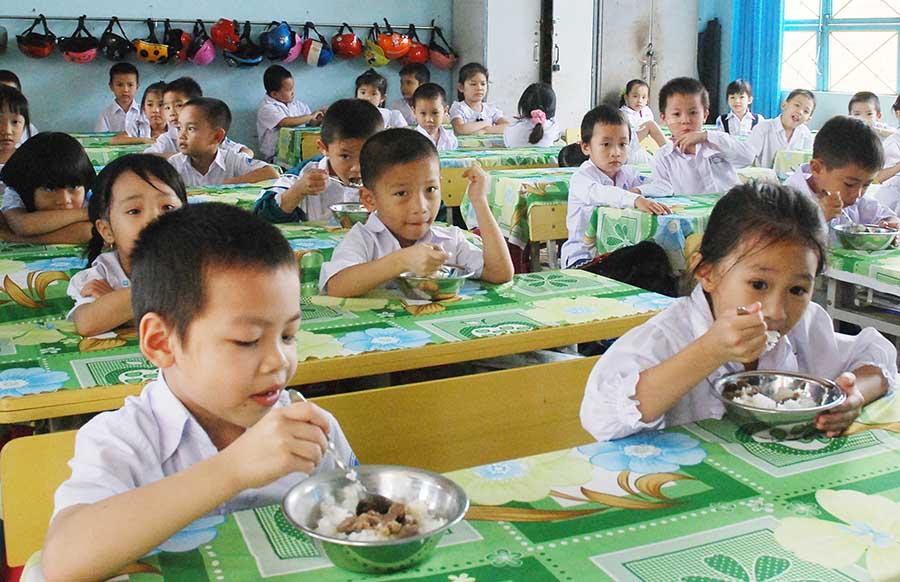 Một buổi ăn trưa của học sinh Trường Tiểu học Chu Văn An (TP. Pleiku). Ảnh: Như Nguyện