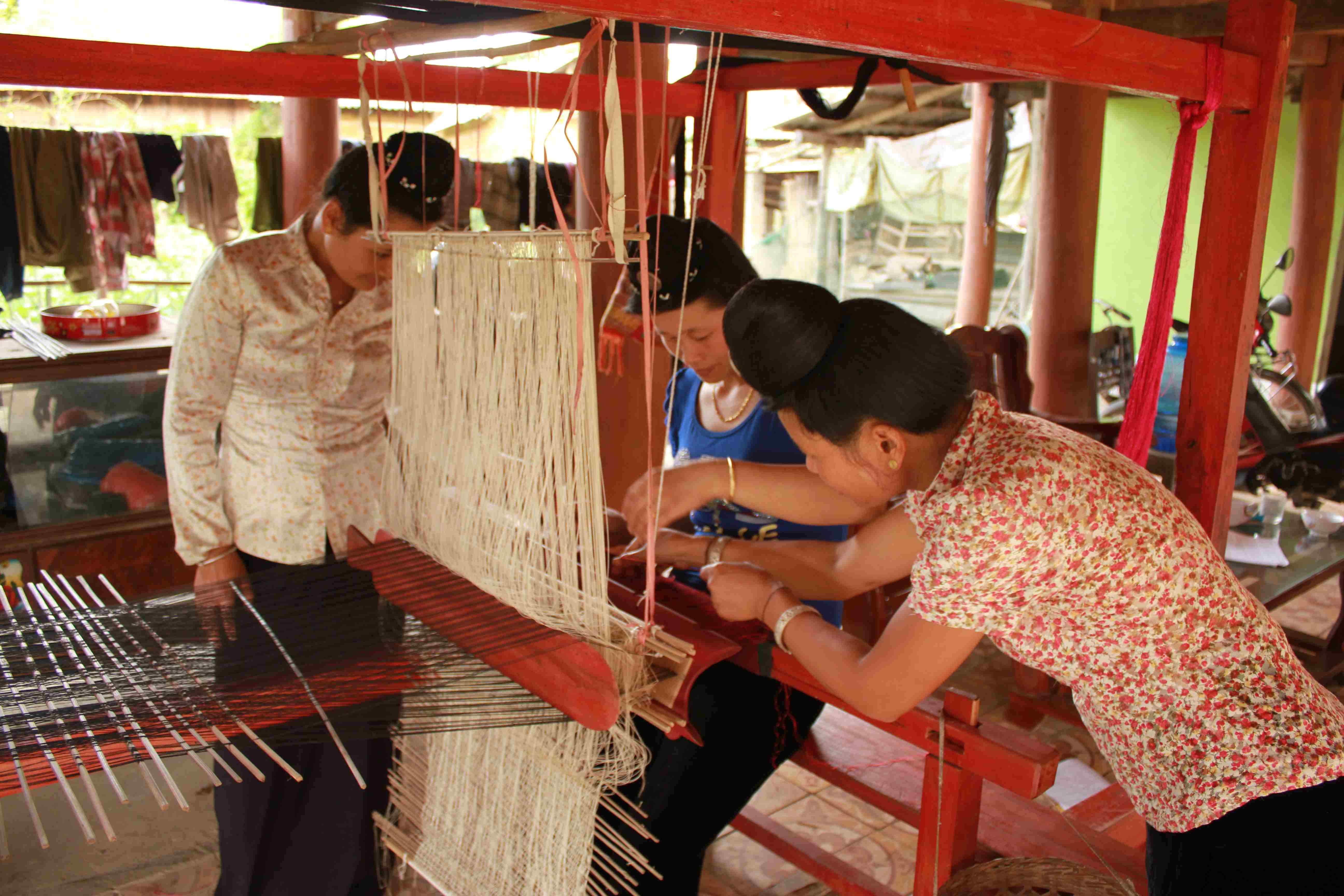 Dệt thổ cẩm của đồng bào Thái ở Điện biên luôn thu hút sự quan tâm của khách du lịch. (Ảnh: NQ)