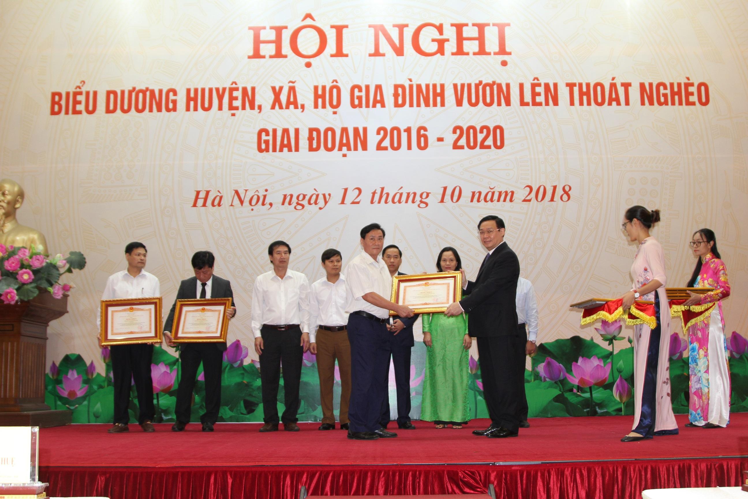 Phó Thủ tướng Vương Đình Huệ trao Bằng khen của Thủ tướng Chính phủ cho 8 huyện ra khỏi danh sách các huyện nghèo.