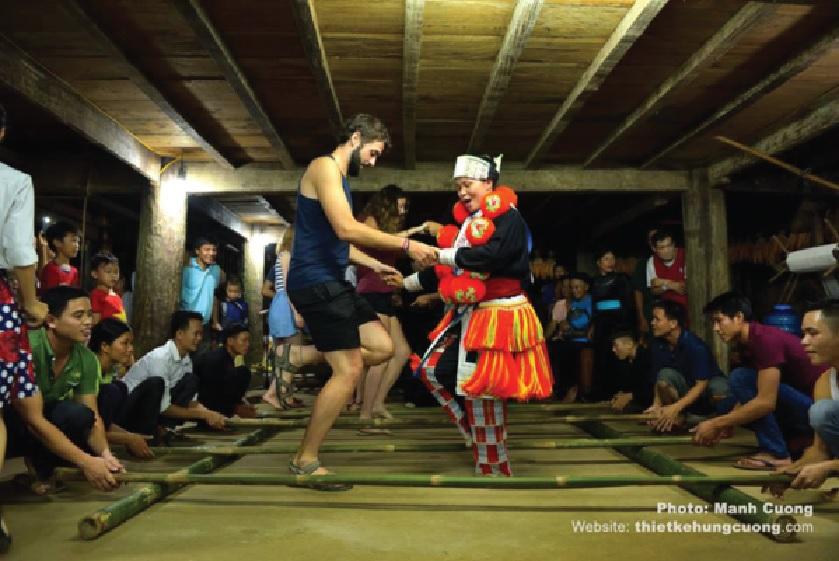 Khách du lịch được trải nghiệm và tìm hiểu văn hóa, cuộc sống của người dân địa phương.