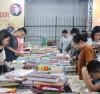 Thư  viện miễn phí của gia đình chị Nguyễn Thị Hồng Phương thu hút người dân tìm đến tra cứu thông tin và đọc sách.