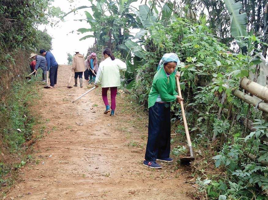 Người dân thôn Làng Pẳn vệ sinh tuyến đường liên thôn.