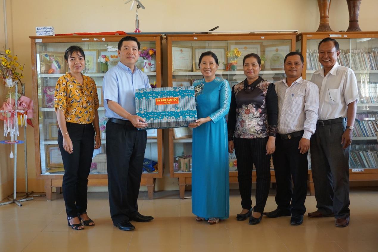 Thứ trưởng Lê Sơn Hải trao tặng bộ máy tính cho nhà trường.