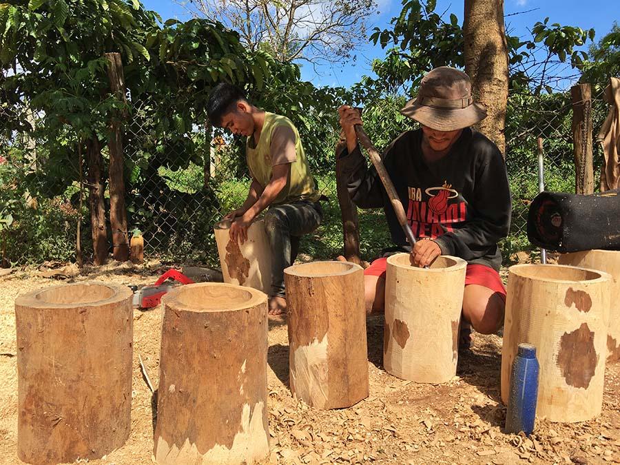 Dân làng Breng duy trì nghề làm cối gỗ