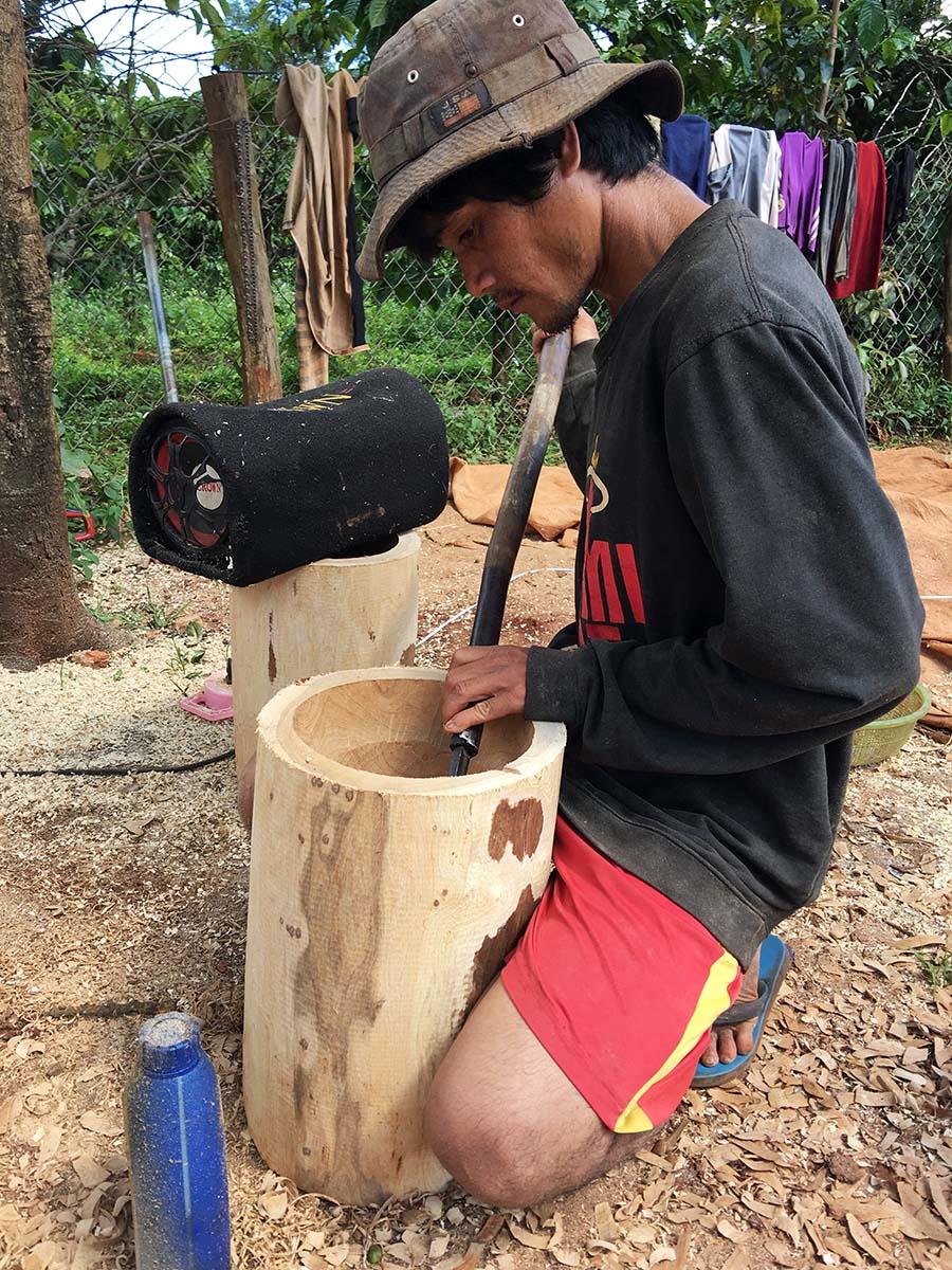 Anh Hler hoàn thiện chiếc cối gỗ trước khi mang bán. Ảnh: H.N