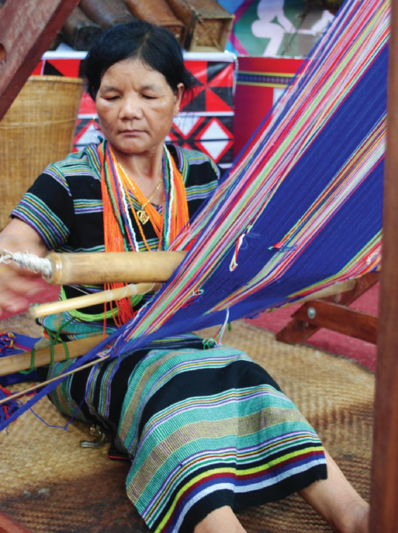 Bà Trần Thị Hoa đang say sưa bên khung dệt.