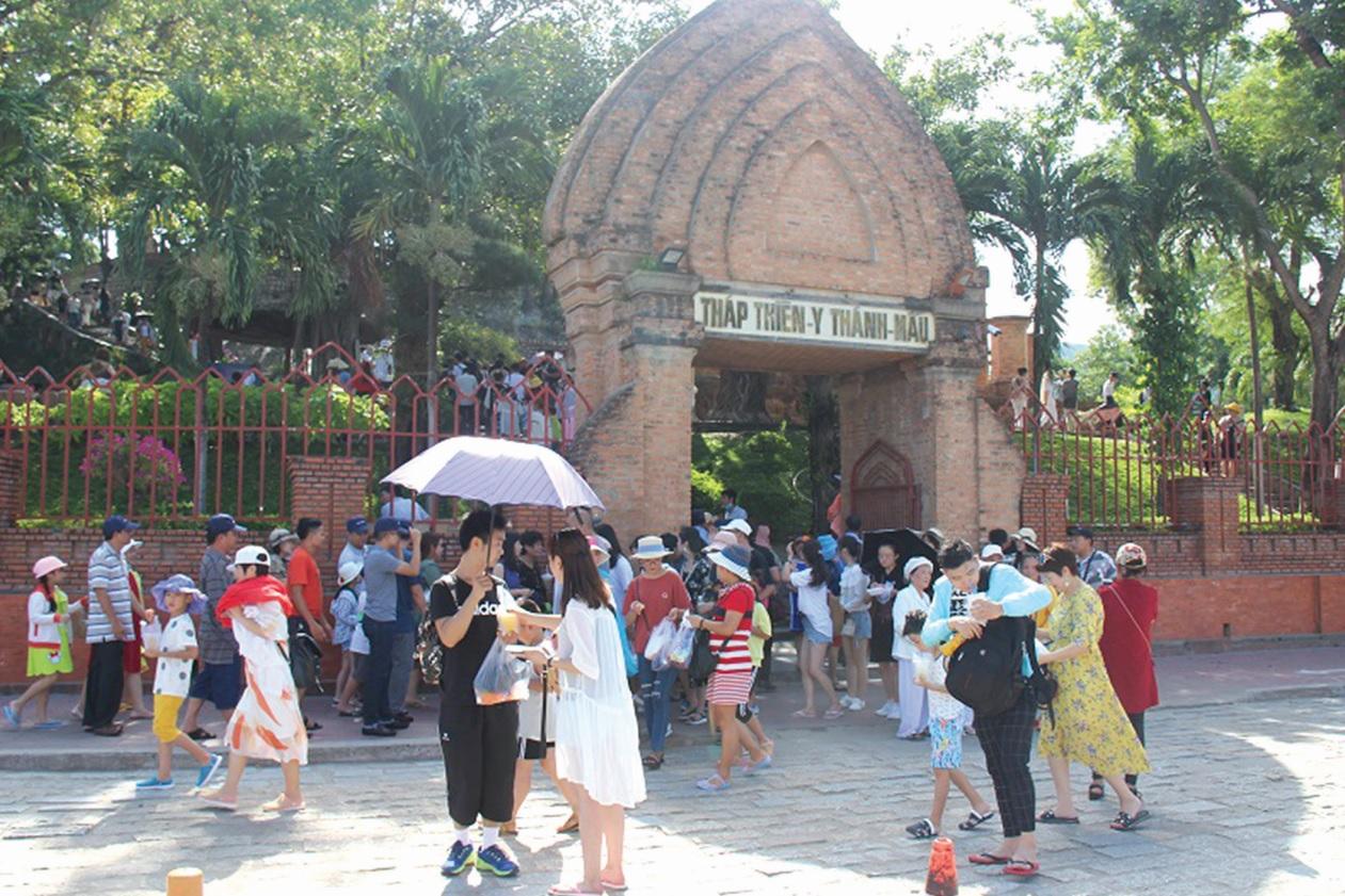 Đông đảo du khách đến tham quan Di tích Tháp Bà Ponagar tại phường Vĩnh Phước, TP. Nha Trang (Khánh Hòa).