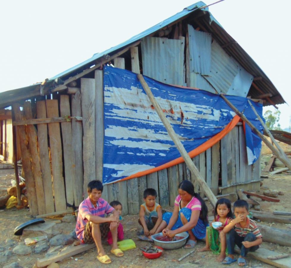 Thiếu việc làm gia đình ông Nông Văn Lùng ở buôn Mông rơi vào cảnh nghèo khó.