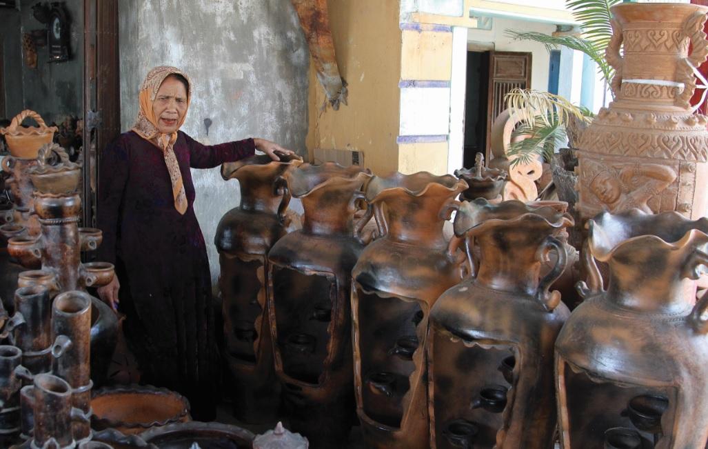 Nghệ nhân Đàng Thị Phan với sản phẩm gốm Chăm Bàu Trúc.