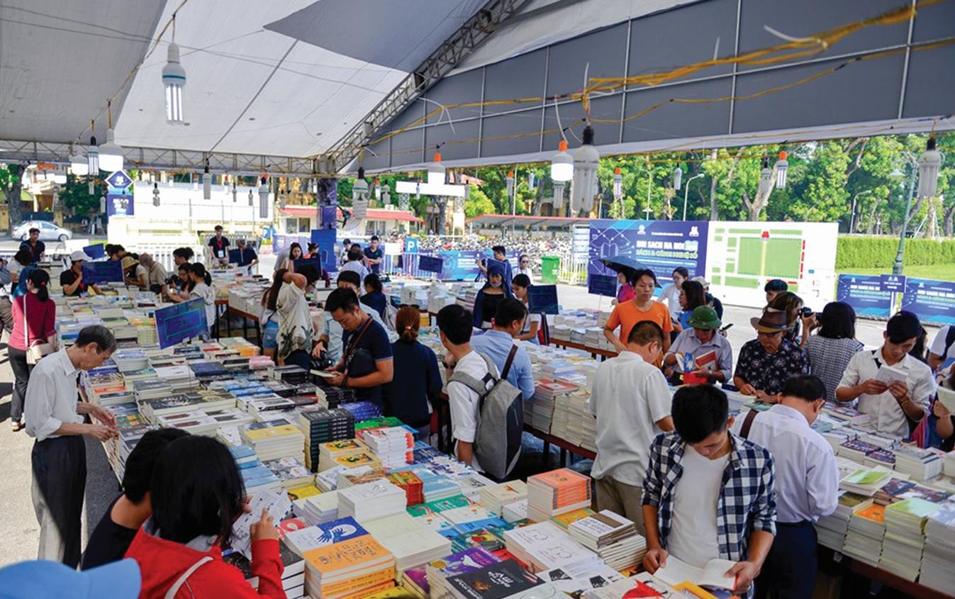 Hội sách thu hút đông đảo những người yêu sách, góp phần khơi dậy niềm đam mê đọc sách.