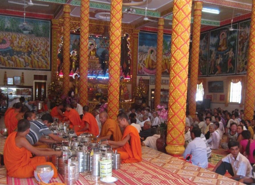 Đồng bào phật tử Khmer tập trung tại chùa Thơm Mít (xã Vĩnh Trung, huyện Tịnh Biên) làm lễ.