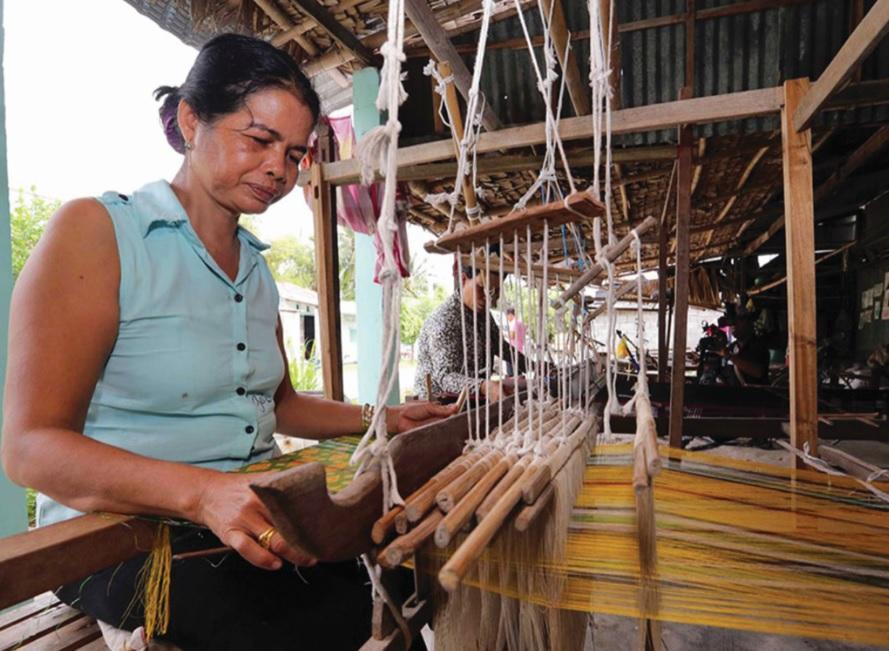 """Từ nguồn vốn hỗ trợ của Nhà nước đã giúp những người thợ dệt tại """"Làng nghề dệt thổ cẩm Khmer Srây Sakốth"""" xã Văn Giáo (huyện Tịnh Biên) hồi sinh, phát triển."""