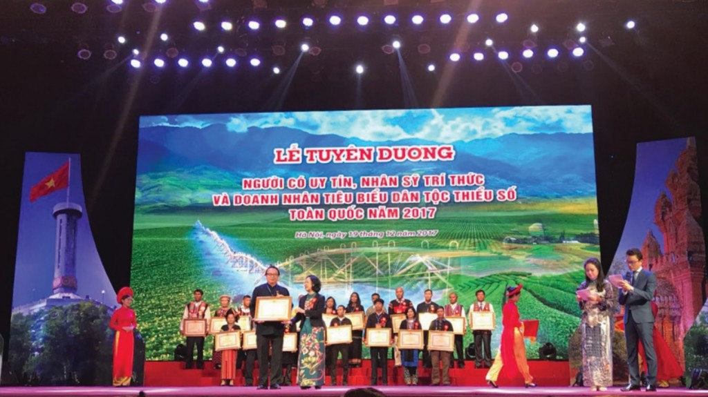 Doanh nhân Vương Vĩnh Hiệp nhận Bằng khen trong Lễ Tuyên dương Người có uy tín, nhân sĩ trí thức và doanh nhân DTTS tiêu biểu toàn quốc năm 2017.