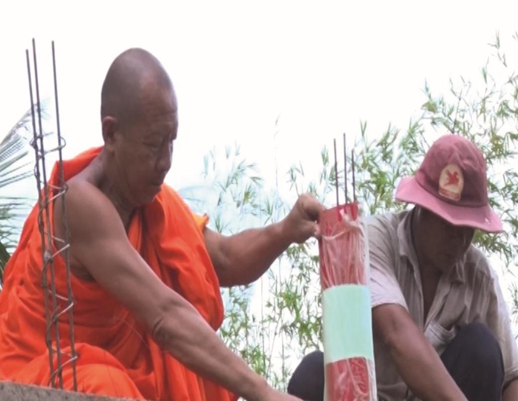 Thượng tọa Lý Long Công Danh (bên trái) Trụ chì chùa Thnol Chum, xã Thủy Liễu cùng người dân địa phương xây dựng cây cầu giao thông nông thôn 5 Đò, tại ấp Thạnh Hòa 2, xã Thủy Liễu, huyện Gò Quao.
