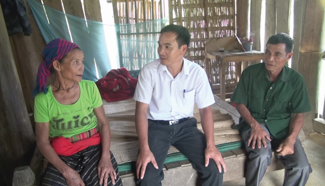 Bà Ngân Thị Pừng, ở thôn Giang bày tỏ mong muốn sớm được kéo lưới điện để có điện thắp sáng.