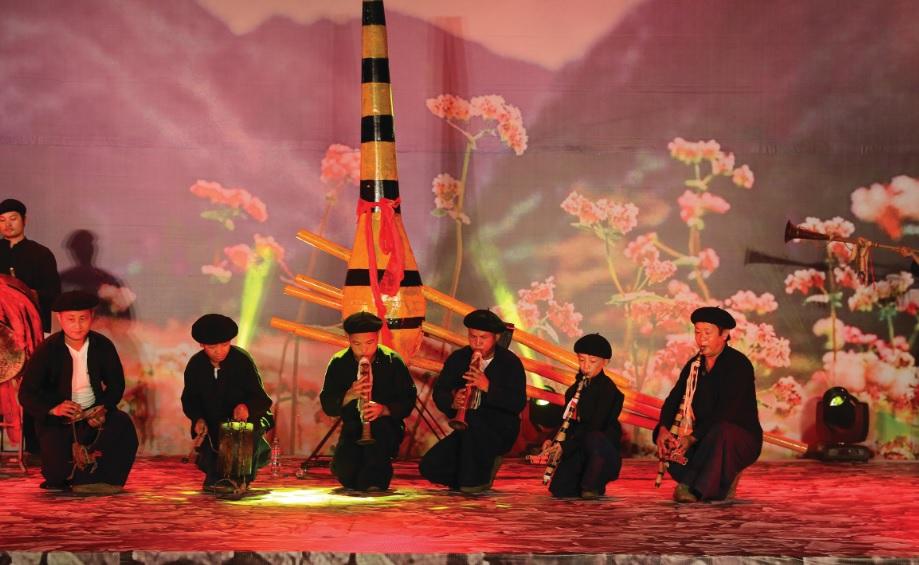 Hội Nghệ nhân dân gian xã Phố Cáo biểu diễn khèn Mông trong một chương trình nghệ thuật.