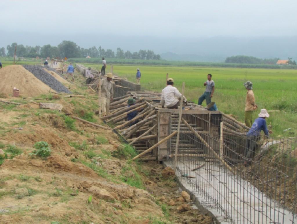 Người dân đã phải cố gắng để tham gia đóng góp tiền xây dựng nhiều công trình hạ tầng đáp ứng tiêu chí NTM.