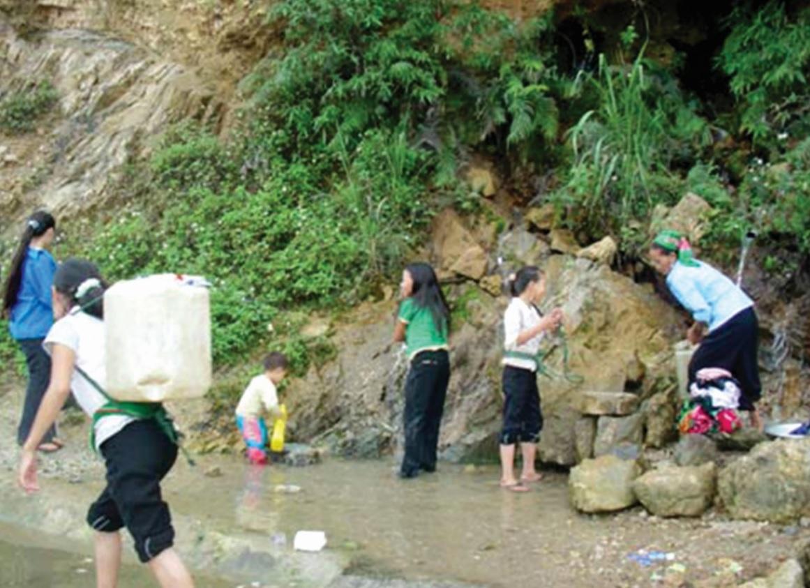 Nhiều hộ dân phải vào khe lấy nước suối về dùng.