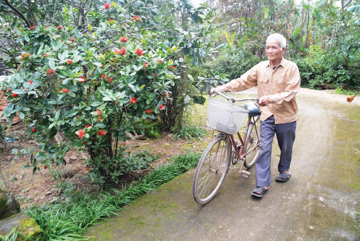 Chiếc xe đạp luôn đồng hành cùng ông Tiếp trên mỗi nẻo đường quê.
