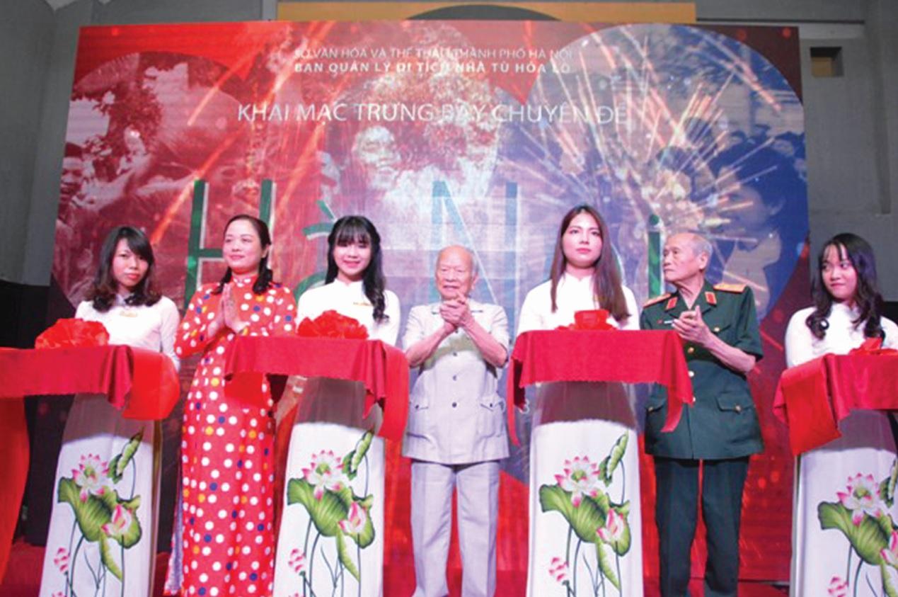 Thiếu tướng Nguyễn Đức Minh đứng giữa tham dự Lễ khai mạc Triển lãm.