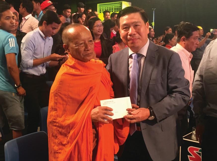 Thứ trưởng, Phó Chủ nhiệm UBDT Lê Sơn Hải tặng quà cho Hoà thượng Tăng No, Hội Đoàn kết sư sãi yêu nước tỉnh Sóc Trăng.
