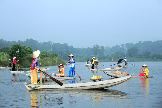 Tái hiện Chợ nổi Nam Bộ, tại làng Văn hóa - Du lịch các dân tộc Việt Nam. Ảnh: T. Dương.