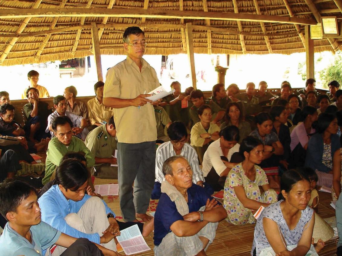 Già làng ở thôn Đắc Ôốc, xã biên giới La Dê huyện Nam Giang (Quảng Nam) tuyên truyền pháp luật cho đồng bào.