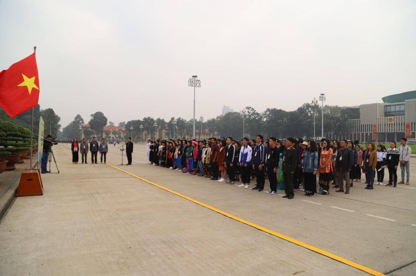 Đoàn học sinh, sinh viên DTTS xuất sắc, tiêu biểu năm 2018 làm lễ chào cờ trước Lăng Chủ tịch Hồ Chí Minh