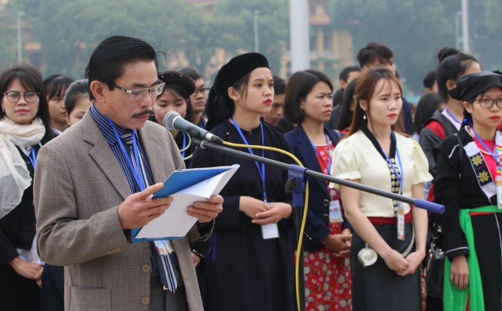 Ông Le cùng Bình, Phó Tổng biên tập phụ trách cùng đoàn học sinh, sinh viên xuất sắc, tiêu biểu 2018 báo công tại lăng Bác