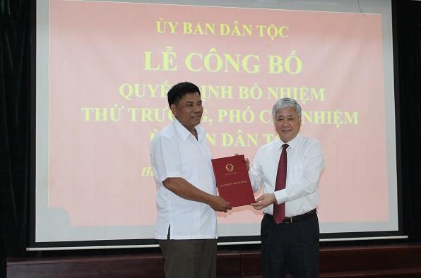 Bộ trưởng, Chủ nhiệm UBDT Đỗ Văn Chiến trao Quyết định của Thủ tướng Chính phủ cho đồng chí Y Thông