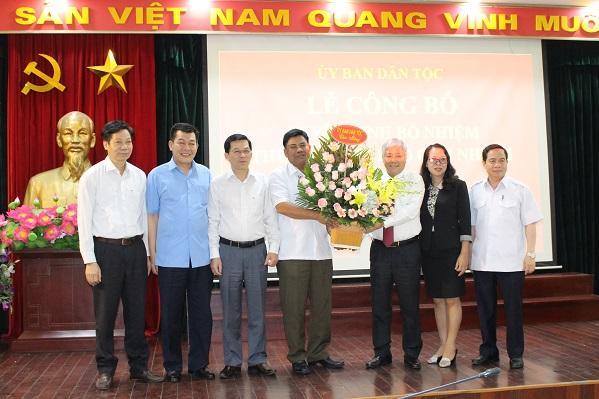 Các đồng chí Lãnh đạo chúc mừng đồng chí Y Thông tại buổi Lễ