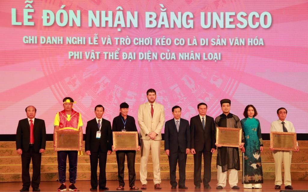 Đại diện bốn tỉnh thành phố (Hà Nội, Lào Cai, Bắc Ninh và Vĩnh Phúc) đón nhận bằng UNESCO ghi danh nghi lễ và trò chơi kéo co là Di sản Văn hoá Phi vật thể của nhân loại.