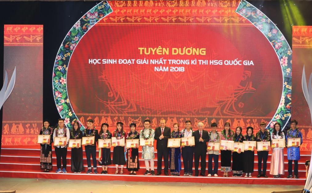 Phó Thủ tướng Chính phủ Trương Hòa Bình và Bộ trưởng, Chủ nhiệm Ủy ban Dân tộc trao phần thưởng cho các học sinh, sinh viên DTTS xuất sắc, tiêu biểu.