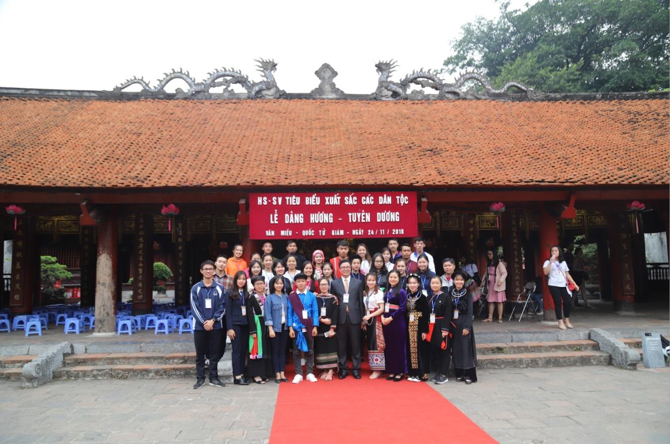 Đoàn học sinh, sinh viên DTTS xuất sắc, tiêu biểu năm 2018 chụp ảnh lưu niệm tại Văn miếu Quốc Tử Giám