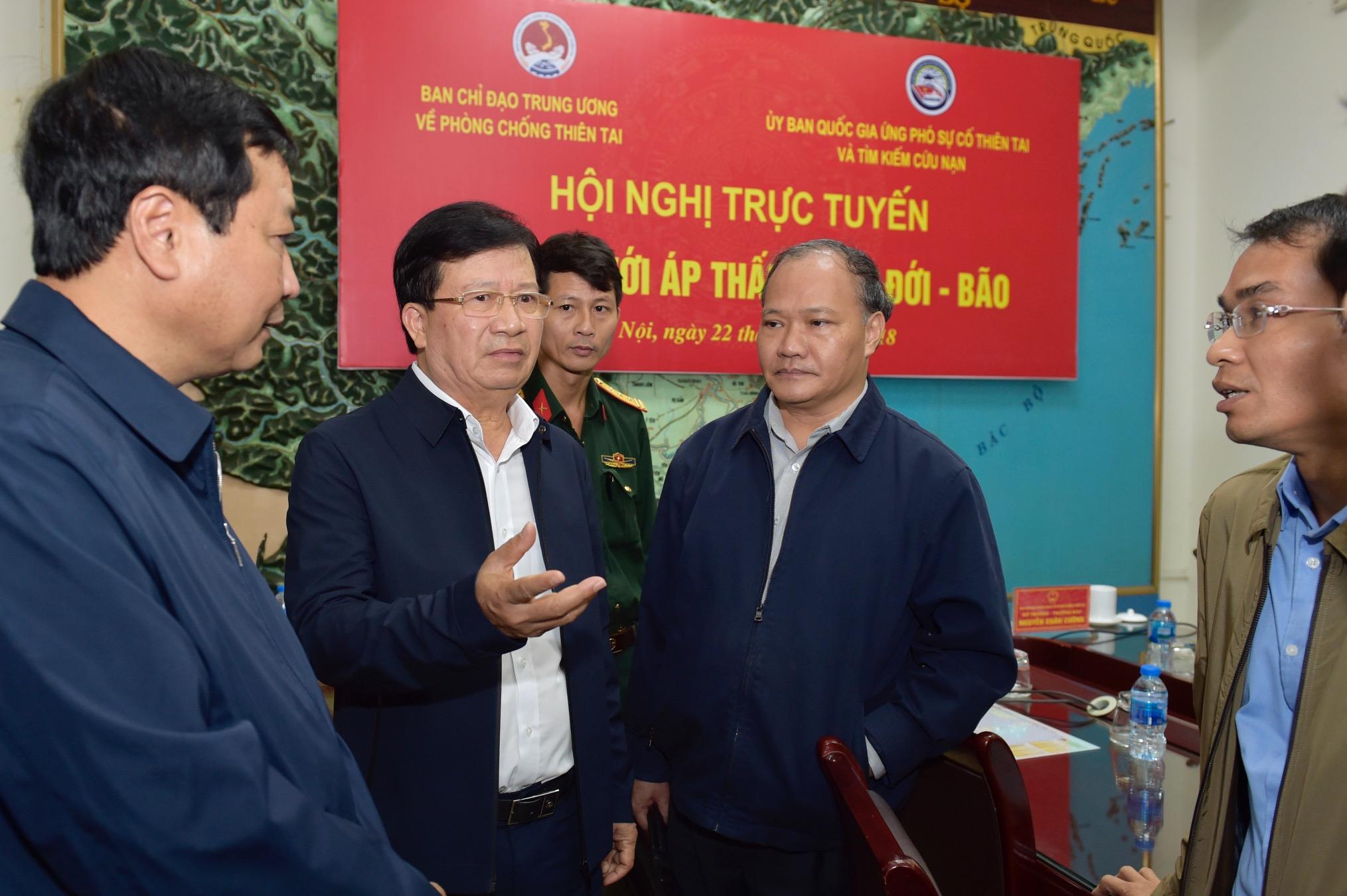 Phó Thủ tướng trao đổi với các đại biểu về tình hình và giải pháp ứng phó mưa bão. - Ảnh: VGP/Nhật Bắc