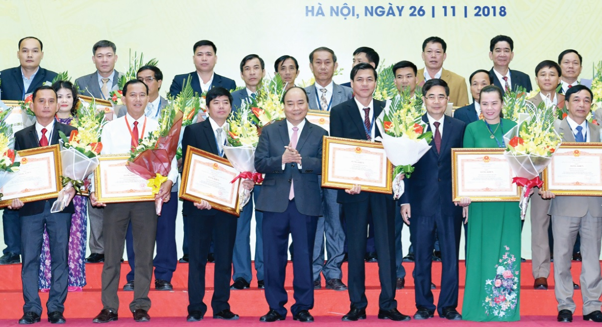 Thủ tướng Nguyễn Xuân Phúc trao Bằng khen cho các tổ chức và cá nhân, doanh nghiệp có thành tích xuất sắc trong thực hiện Nghị quyết Trung ương 7 khóa X về nông nghiệp, nông dân, nông thôn - Ảnh: VGP/Quang Hiếu.