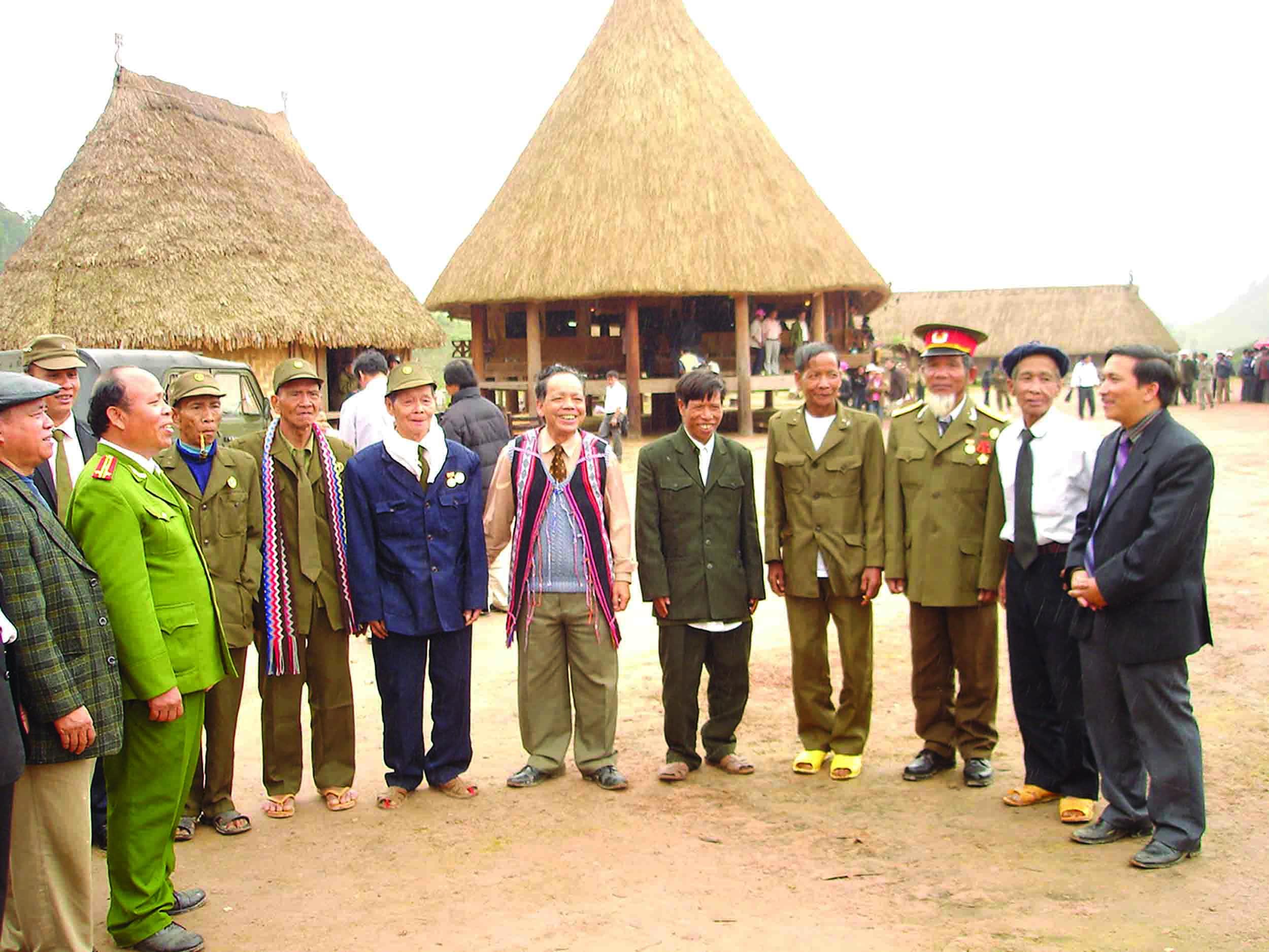 Lãnh đạo huyện Tây Giang gặp mặt già làng, các vị có uy tín trong cộng đồng người Cơ tu.