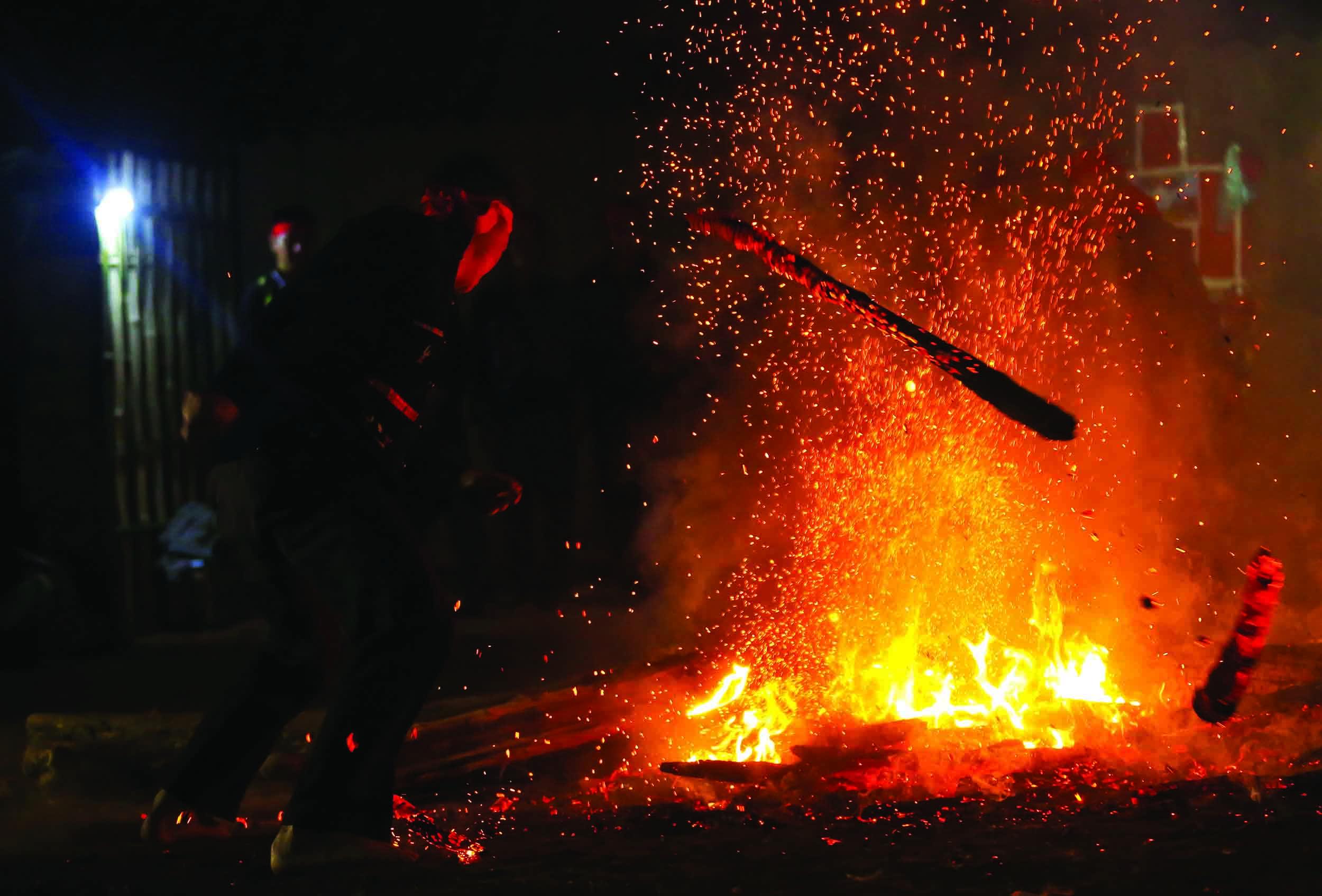Những người đàn ông dân tộc Dao nhảy vào lửa bằng chân trần nhưng không bị bỏng.
