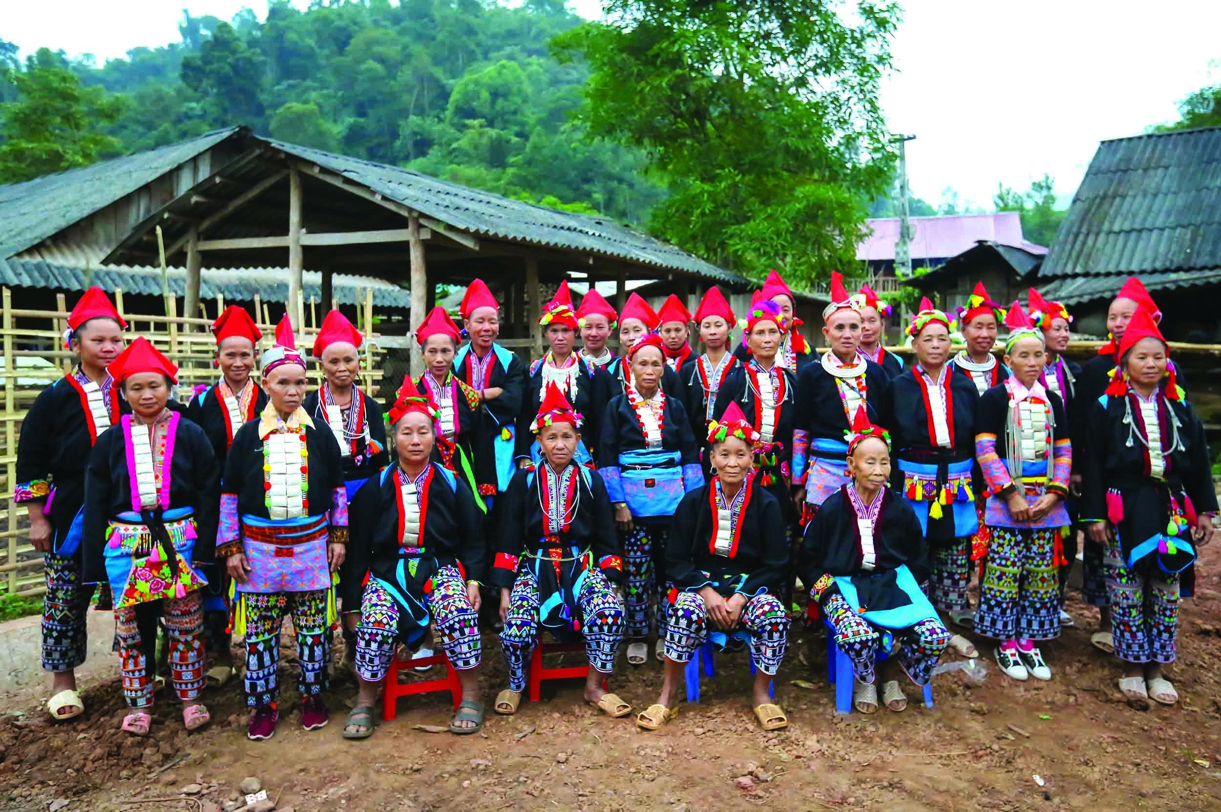 Đồng bào Dao đỏ tại Điện Biên vẫn bảo tồn được những giá trị văn hóa truyền thống của dân tộc mình, nhất là trang phục, nghi lễ.
