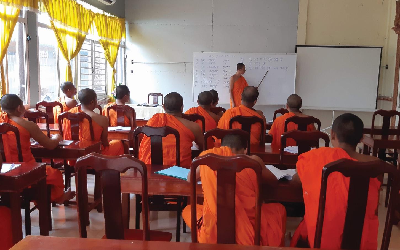 Một buổi học tiếng Khmer tại chùa Pitu Khôsa Răngsây (TP. Cần Thơ).