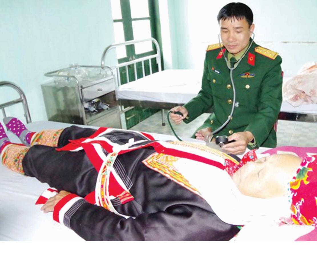 Bác sĩ Phạm Tất Ban khám bệnh cho người dân địa phương tại Bệnh xá Lâm trường 155.(Ảnh TL)