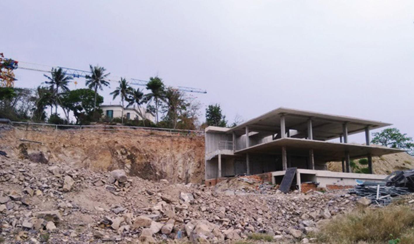 """Nhiều hạng mục công trình đang """"áp sát"""" di tích lầu Bảo Đại trên đồi Cảnh Long."""
