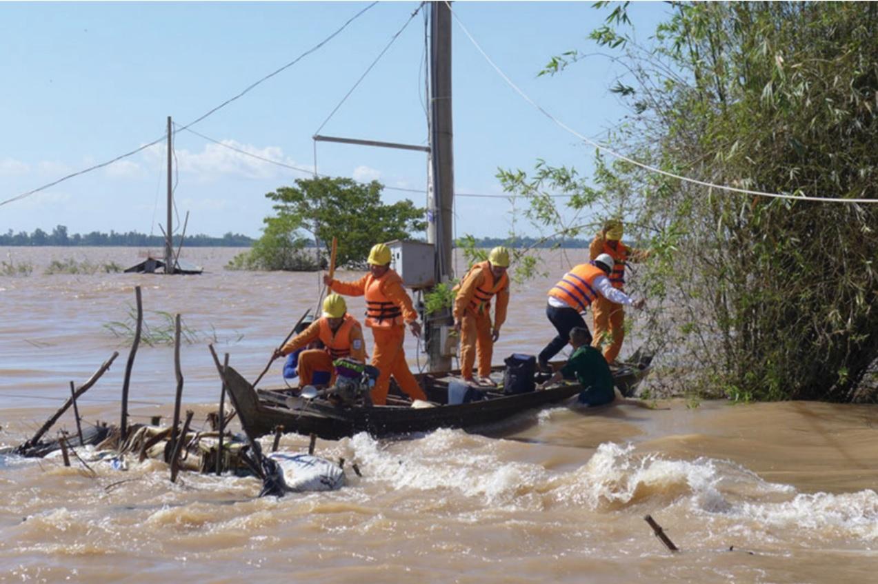 Cán bộ điện lực Đồng Tháp trực 24/24 tại các điểm nước lũ đổ về.