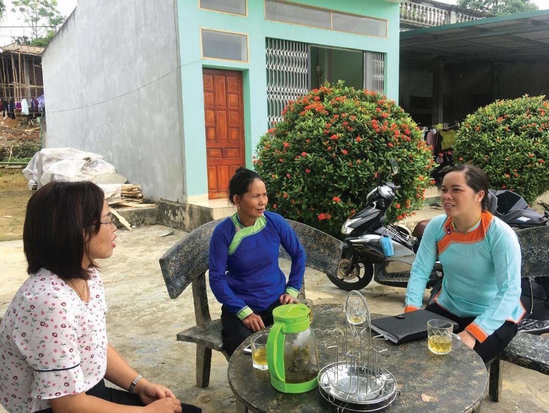 Gần dân, sát dân giúp cho những đại biểu dân cử như chị Nhung (người ngoài cùng bên phải) kịp thời nắm bắt tâm tư, nguyện vọng của bà con.