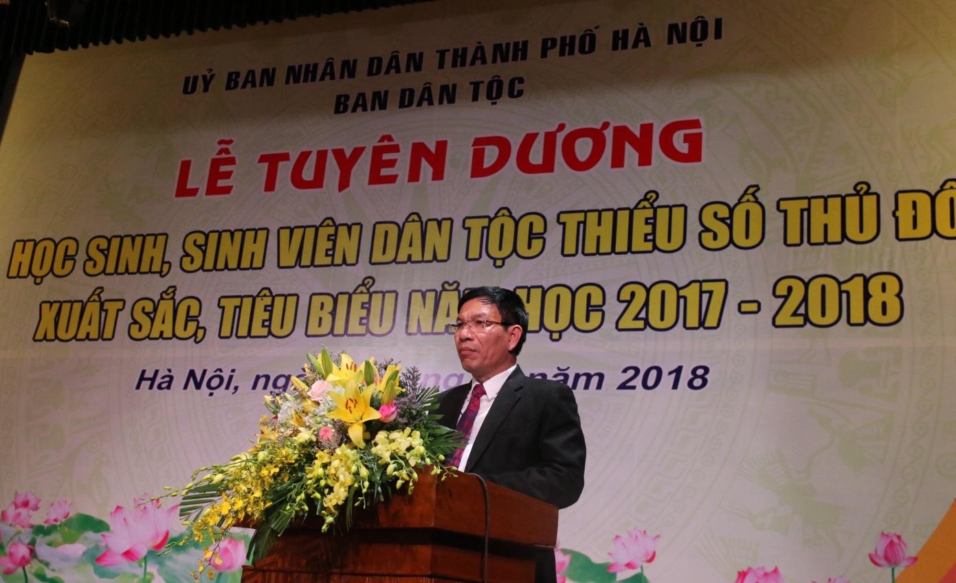 Ông Lò Quang Tú, Chánh Văn phòng UBDT, thừa ủy quyền của lãnh đạo UBDT khen thưởng các em học sinh, sinh viên xuất sắc tiêu biểu của Thủ đô.