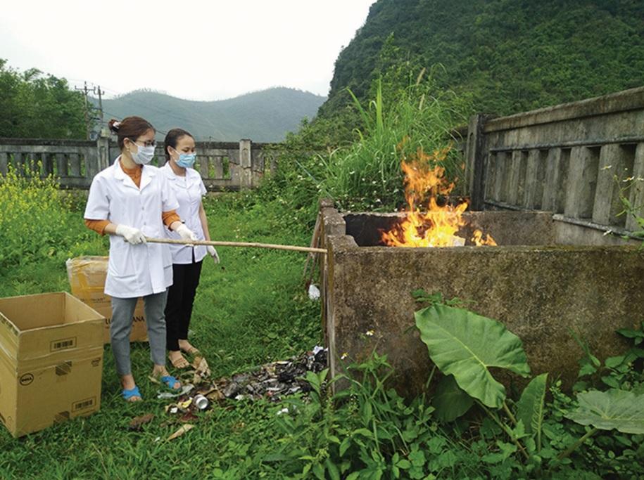 Nhiều trung tâm y tế, trạm y tế trên địa bàn tỉnh Quảng Trị vẫn đang thực hiện đốt rác thải y tế bằng phương pháp thủ công.