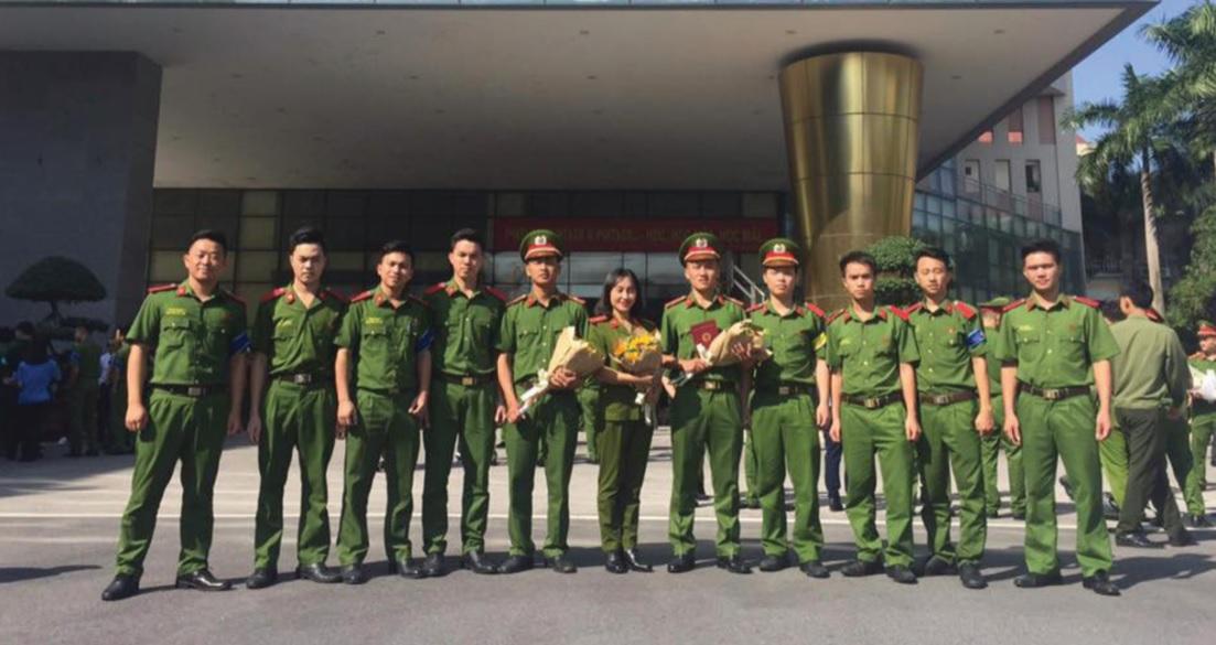 Lý Seo Cha (thứ hai từ phải sang) và các học viên Học viện Cảnh sát nhân dân.