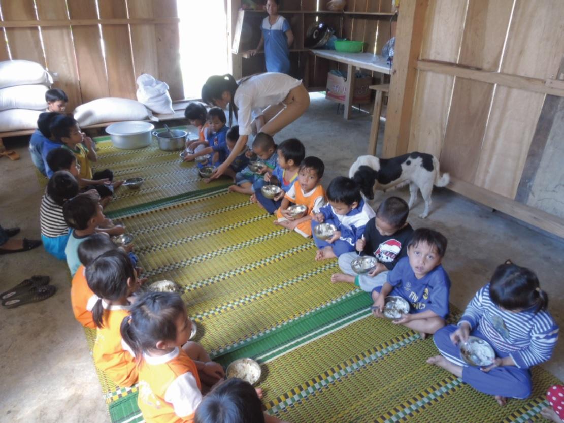 Bữa trưa cho em ở Trường Mẫu giáo Sơn Ca, xã Trà Don, huyện Nam Trà My.